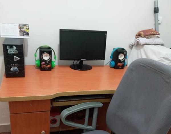 کامپیوتر همراه با میز و صندلی